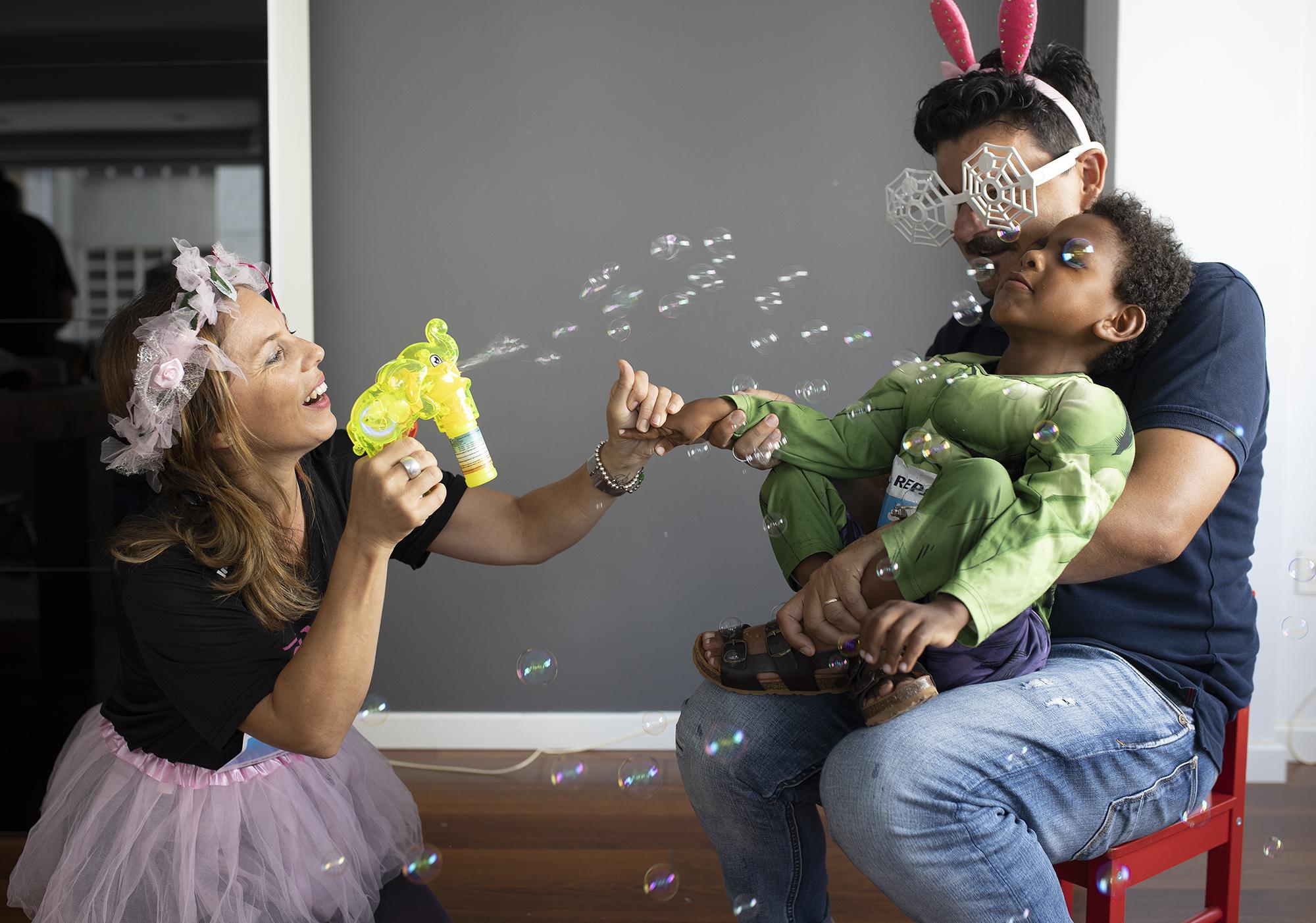 familia jugando en casa con enki